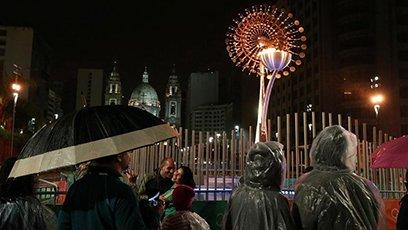 奥运会即将落幕 民众与小火炬塔合影