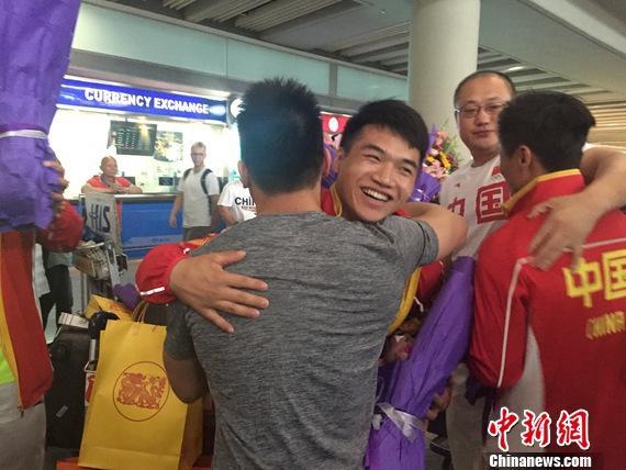 """中国举重队归国 首都机场现""""豪华""""接机团"""