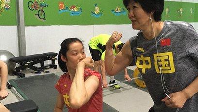 女排力量房轻松备战 郎指导与朱婷比肌肉