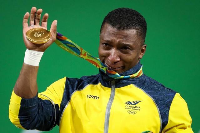 举重名将四战奥运夺冠 现场脱鞋痛哭宣布退役