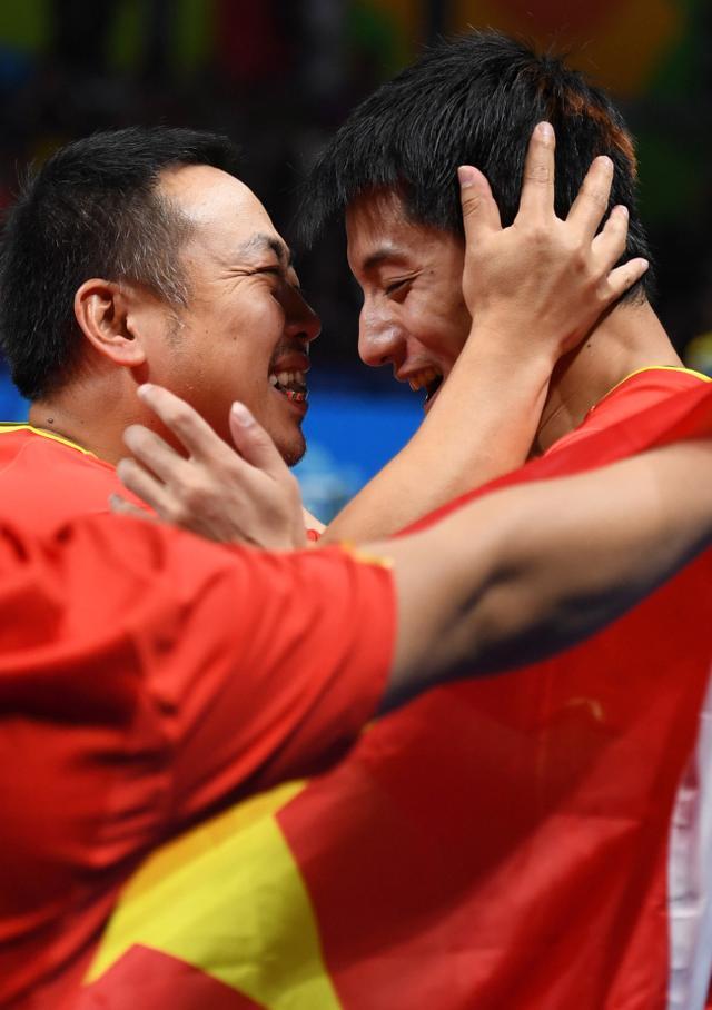 刘国梁数月未见孩子 赛后一吻他是男乒好基友