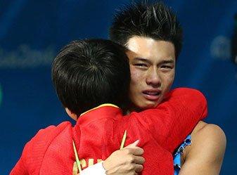 陈艾森10米台夺冠 与刘蕙瑕相拥庆祝
