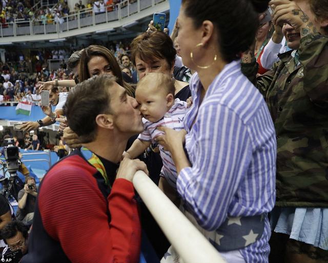 菲鱼亲吻儿子感动世界 英名宿:画面太美了
