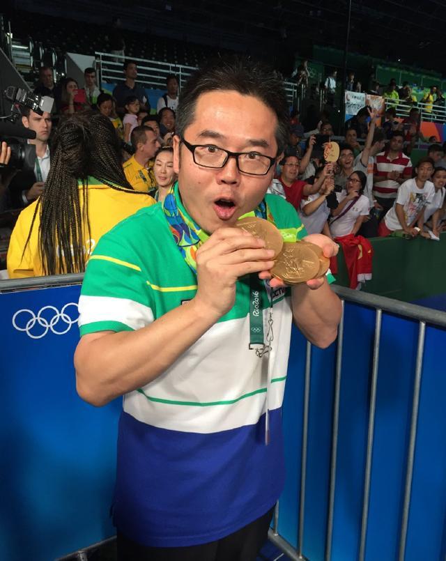 乒乓球记者再挂三金拍照 盛赞:捍卫国球荣誉