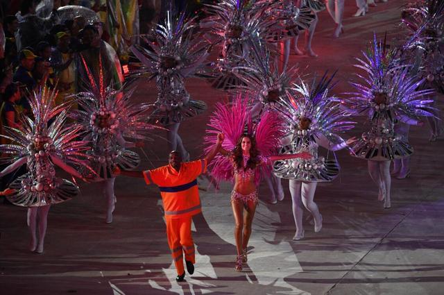 伊莎贝尔接棒吉赛尔邦辰 巴西名模闪耀闭幕式