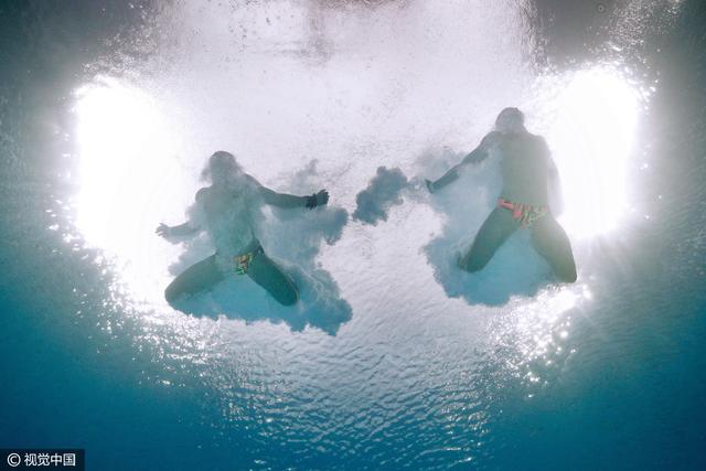 太性感!10米跳台水下梦幻效果 力与美的艺术