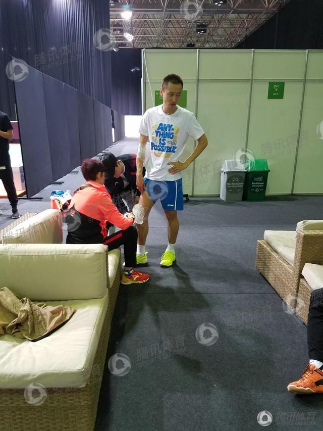 [幕后]冰敷缓痛独自落泪 张楠赵芸蕾的苦谁懂?