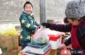 奥运男孩寒假帮父母卖菜感动路人