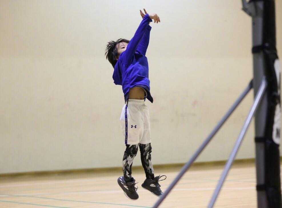 邓超爱子打篮球超帅气 这投篮动作很库里(图)