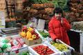留守儿童的春节,陪爸妈在蔬菜批发市场里过