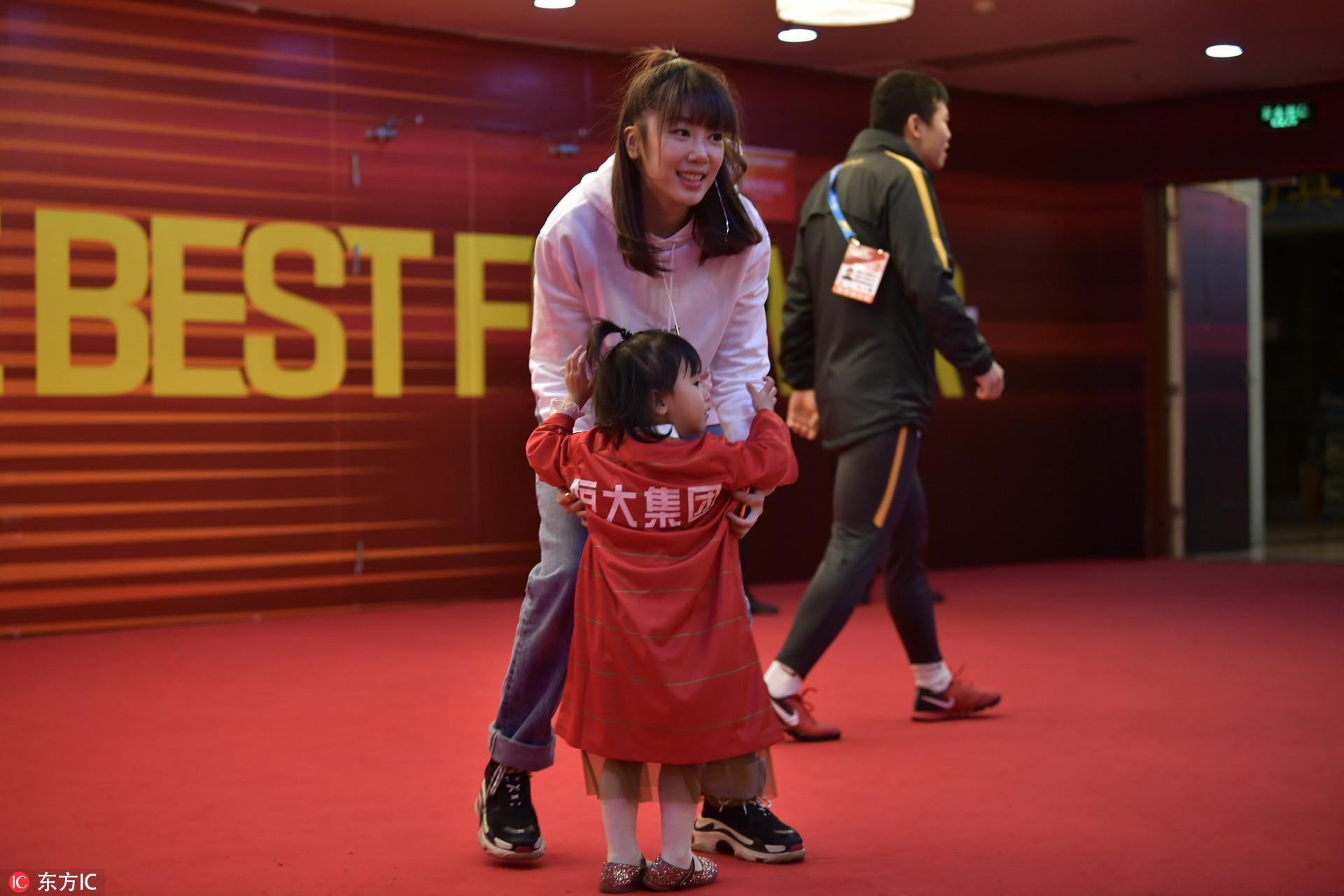 恒大球员通道温情多 郜林从妻子手中接过女儿