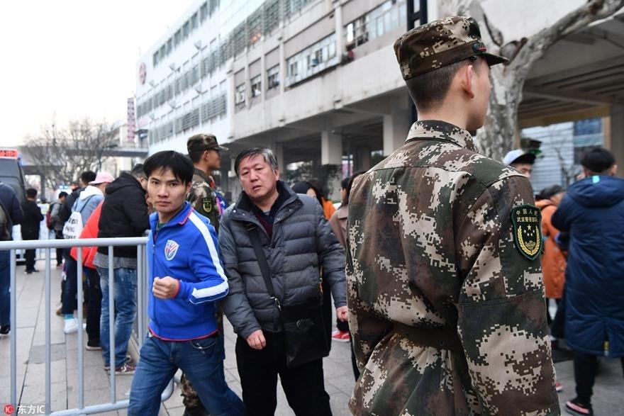 高清:上海德比一触即发 球迷集结安保提前就位