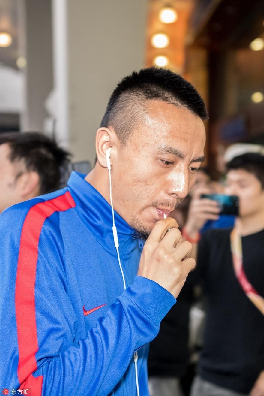 高清:上海申花球员抵达 毛剑卿含棒棒糖卖萌