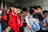 高清:贝尔抵达中国受热捧 球迷围拥人气火爆