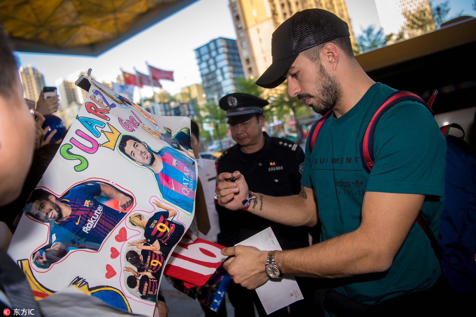 苏亚雷斯热情为球迷签名 获少数民族礼节接待