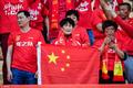 高清:国足球迷营造红色看台 威尔士粉丝挂海报