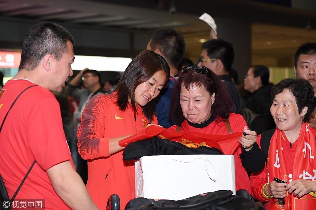 高清:中国女足深夜回国 球迷热情迎接获签名