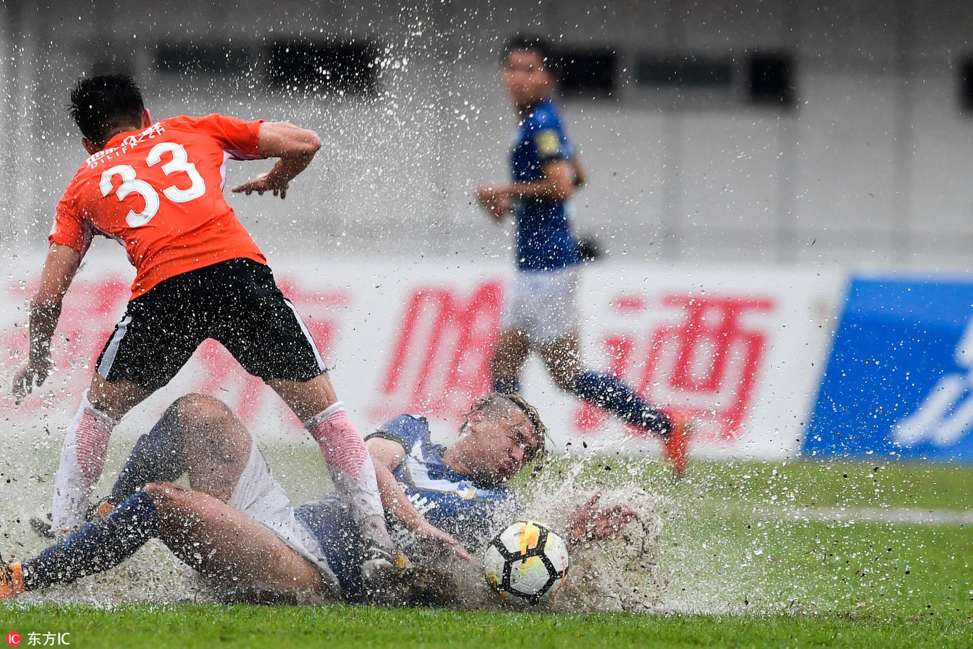 高清:足协杯人和客战海南海口 场地积水严重