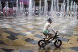 三里屯初夏街头 儿童喷泉里游玩嬉戏