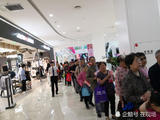 母亲节北京一商场发三百个鸡蛋 引百名大妈排队领取