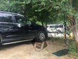 北京一小区外多车被砸 满地碎玻璃