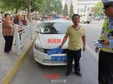 男子买假京牌上路被抓车旁笑 知道要被拘留才傻眼