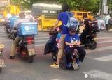 北京街头这位年轻爸爸 这样骑电动车会害了孩子