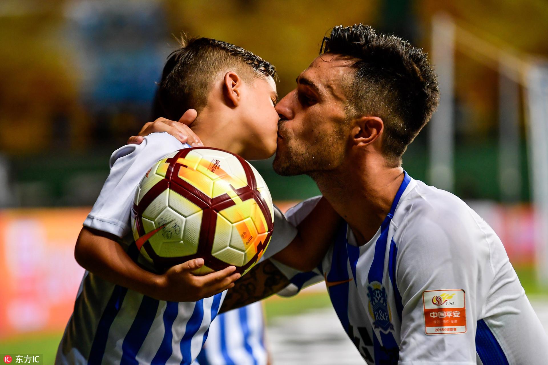 高清:扎哈维爱子球风凶悍 与父亲赛场内拥吻