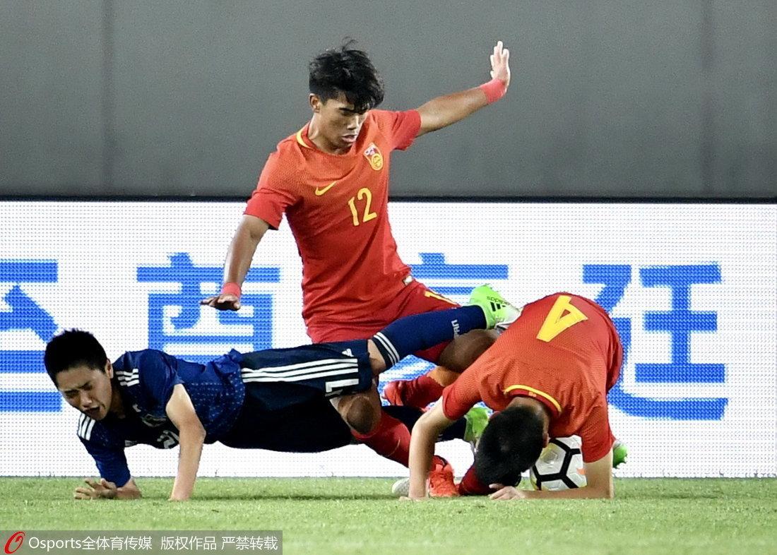 高清:U17国青0-0平日本 队长刘成卓带球突进