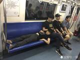"""二号线地铁""""小霸王""""一人占四座 家长视而不见"""