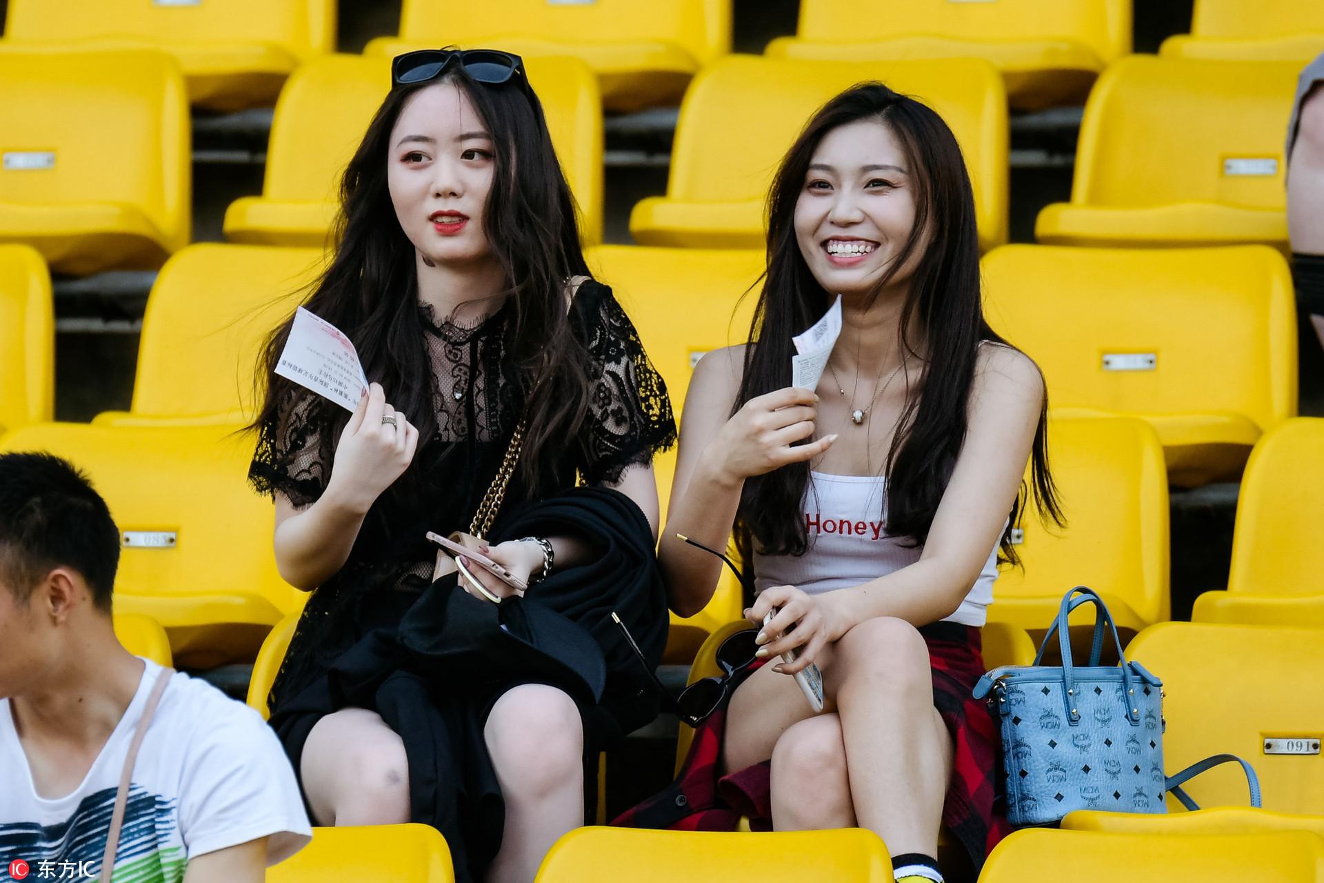 高清:熊猫杯中国vs乌拉圭 看台美女球迷云集