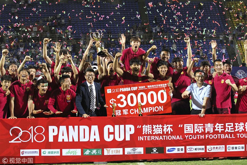 高清:中国U19国青夺熊猫杯冠军 全队激情庆祝