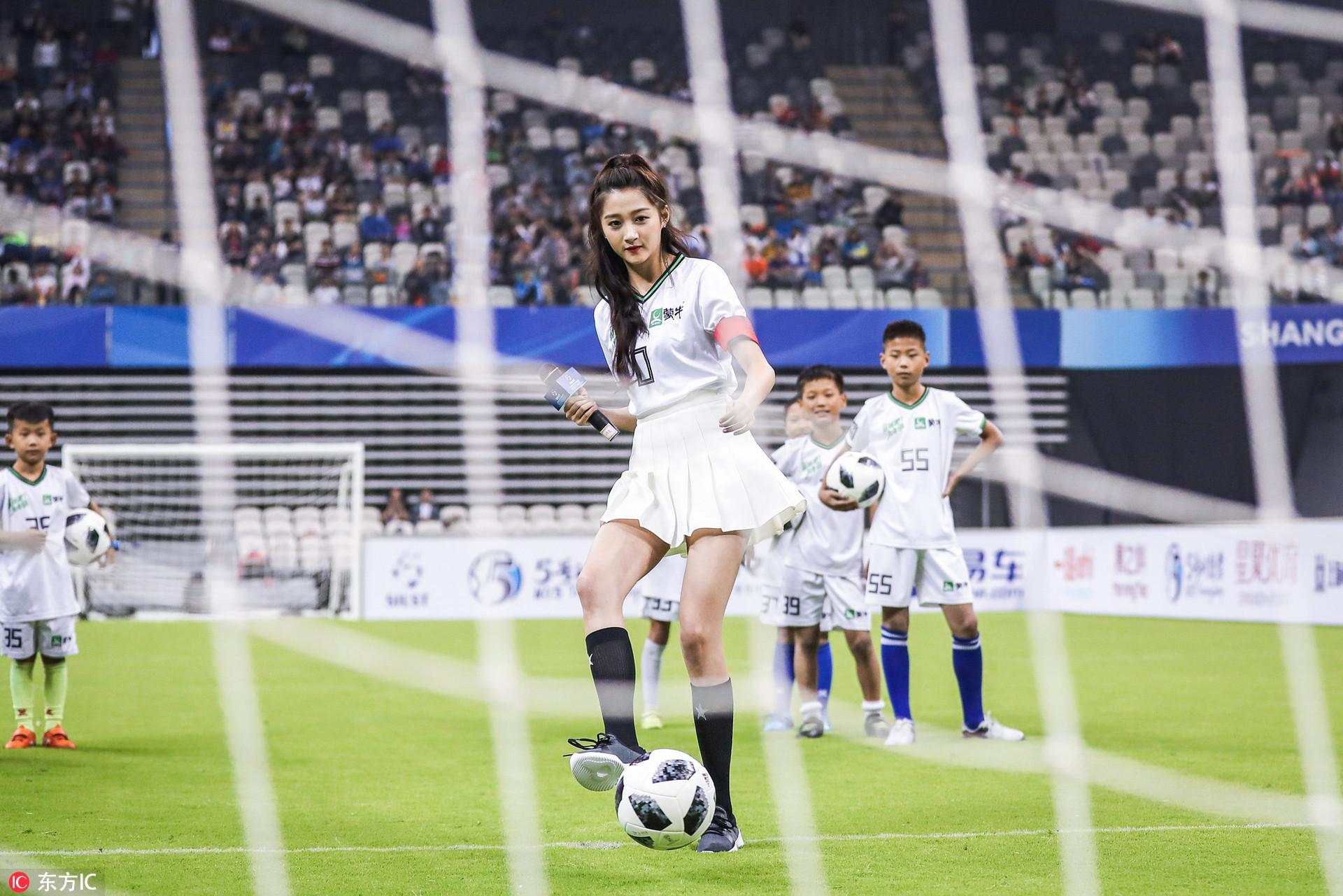 高清:关晓彤长腿展球技 自曝国安球迷最爱小贝