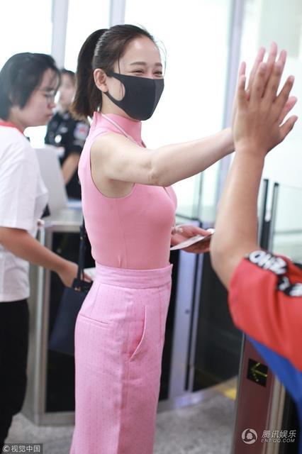 39岁陈乔恩可能胖在胸上 粉装扮嫩身材前凸后