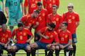 高清:西班牙队训练拍全家福 科斯塔娇羞不已被拉莫斯欺负