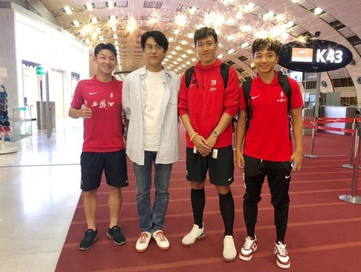 高清:U21国足机场偶遇靳东 迷弟上线争相合影