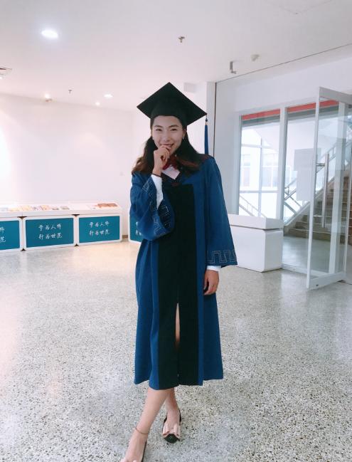 高清:女足古雅沙秀毕业照 穿学士服书生气足