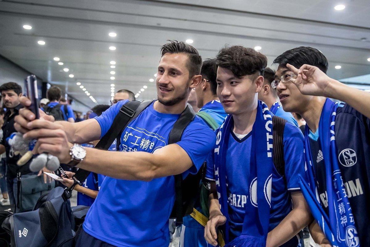 高清:沙尔克抵沪受追捧 与球迷自拍超级high