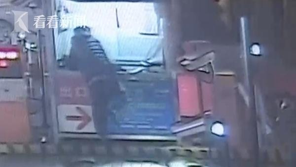 武汉保时捷车主暴打收费员 叫嚣:我多的是钱