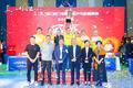 组图:刘国梁现身社区乒乓球总决赛 耐心指导年轻队员合影留念