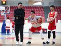 高清:中国男篮赛前训练 李楠与队员亲切笑谈