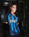 国米纪念版球衣亮相米兰时装周 维密名模演绎蓝黑经典