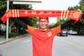 高清:中国杯一触即发 国足球迷举围巾为中国助威