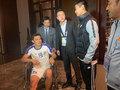 乌兹队员坐轮椅与韦世豪握手 接受道歉(图)