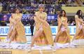 高清:篮球宝贝助阵苏粤战 金色长裙大秀身材
