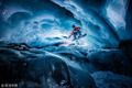 男子在海拔3000米冰川上滑雪 画面惊险如电影大片