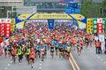 组图:武汉马拉松万人同跑场面壮观 快递员推脑瘫儿子参赛感动赛道