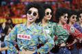 高清:拉拉队热舞助阵广东德比 复古港风装扮