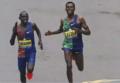 高清:波士顿马拉松肯尼亚选手绝杀冲线 警察巡逻气氛紧张