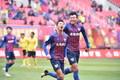 高清:青岛2-0拉萨 刘龙梅开二度与队友搭背怒吼庆祝